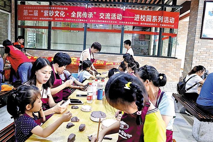 活动中,陶艺老师为大家讲解了紫砂的相关知识,并示范紫砂制作的