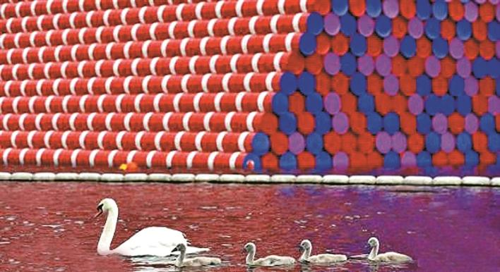 当地时间18日,英国伦敦海德公园一个全新大型装置艺术揭幕,该装置呈梯形金字塔形状,是由7506个油桶堆积而成,给人以无限遐想。 据报道,该油桶金字塔高20米,由7506个直径60厘米的油桶组装而成,油桶桶身颜色以红色为主体,搭配白色横条,盖子则分别被漆上了红蓝紫三色。颜色鲜艳的金字塔耸立在绿意盎然的海德公园正中央,不管从哪个角度看,都格外突出显眼。 其实,该油桶金字塔叫做马斯塔巴。马斯塔巴在阿拉伯语中为长凳的意思,是古埃及贵族陵墓的建筑型制,可以说是金字塔的前身。18日当天,由著名的保加利亚