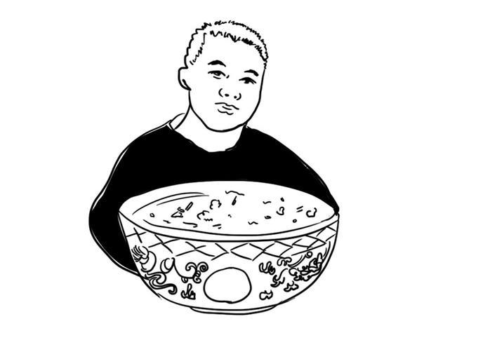 高维生 王高虎头鸡 前几天,东北老家来了一个朋友,我为他接风洗尘,在一家酒店,点几道地方美食,打头菜是寿光虎头鸡。 上世纪八十年代初期,广饶、寿光都属于滨州地区,后来行政划为东营。寿光地处鲁中北部沿海平原区,那里的蔬菜批发市场,是全国最大的蔬菜集散中心。 服务员端上王高虎头鸡,我向朋友介绍寿光名吃。东北人知道寿光这个地方,冬天他们吃的蔬菜,都是通过公路运去的,在滨州经常遇上东北运菜的大货车。朋友充满好奇,察看虎头鸡有什么不同,他拿手机拍下,图片发往微信的朋友圈中。 二十多年前,单位去青岛办事情,司机常年开