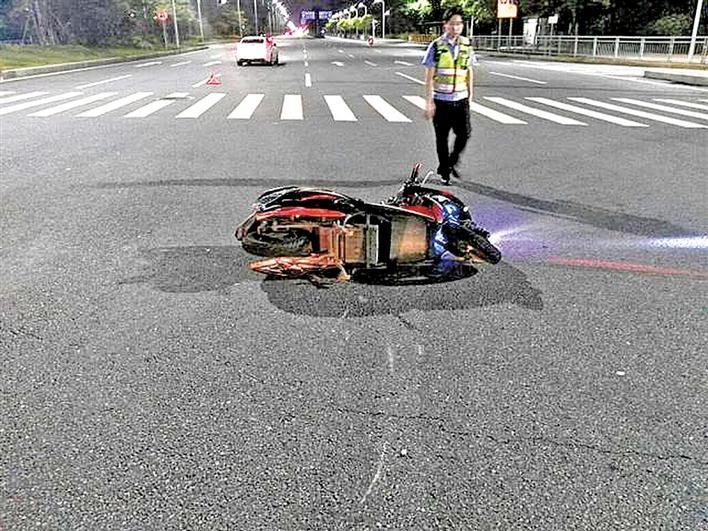 闯红灯出事故 电动车驾驶员被判负全责