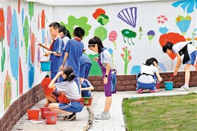 绘美丽涂鸦墙 展校园新景象