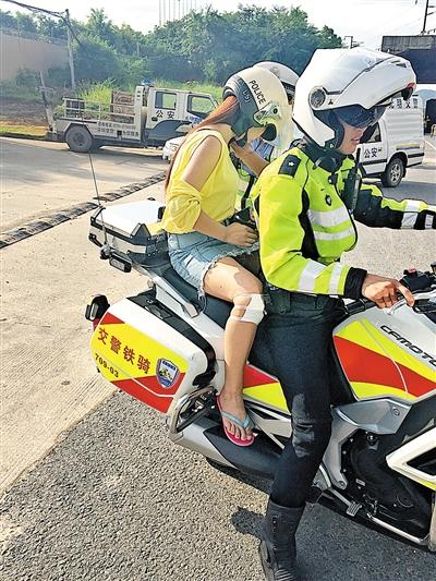 护航  交警铁骑护送受伤考生回家.